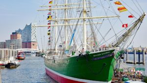 Hamburger Hafen Museumsschiff und Elbphilharmonie im Hintergrund