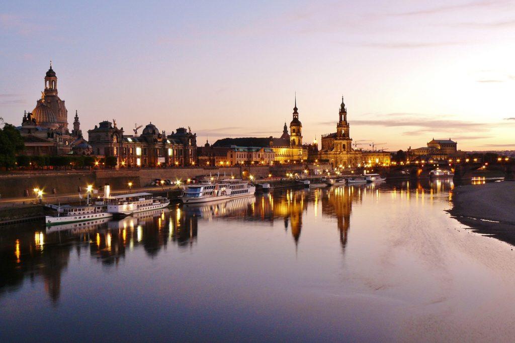 Abendlicher Blick von der Elbe auf die Brühlsche Terrase in Dresden