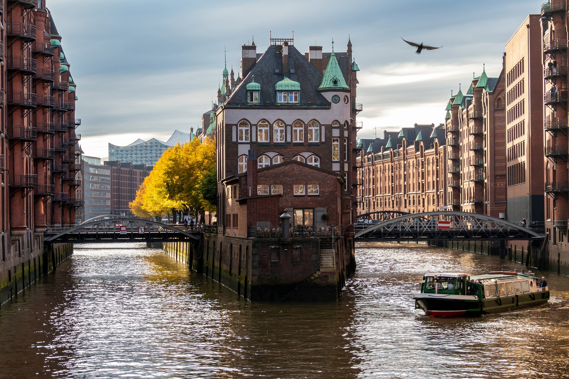 Busreise Blick in die Hamburger Speicherstadt Alte Häuser im Hanseatischen Stil mit Wasser der Elbe im Vordergrund