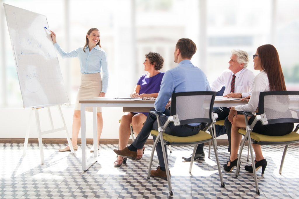 Gruppe von Kollegen beim Meeting