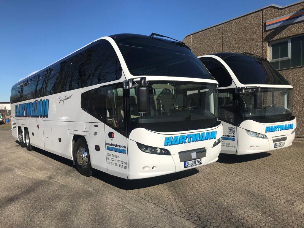 moderne Reisebusse mit getönten Scheiben Busvermietung Gruppenreise