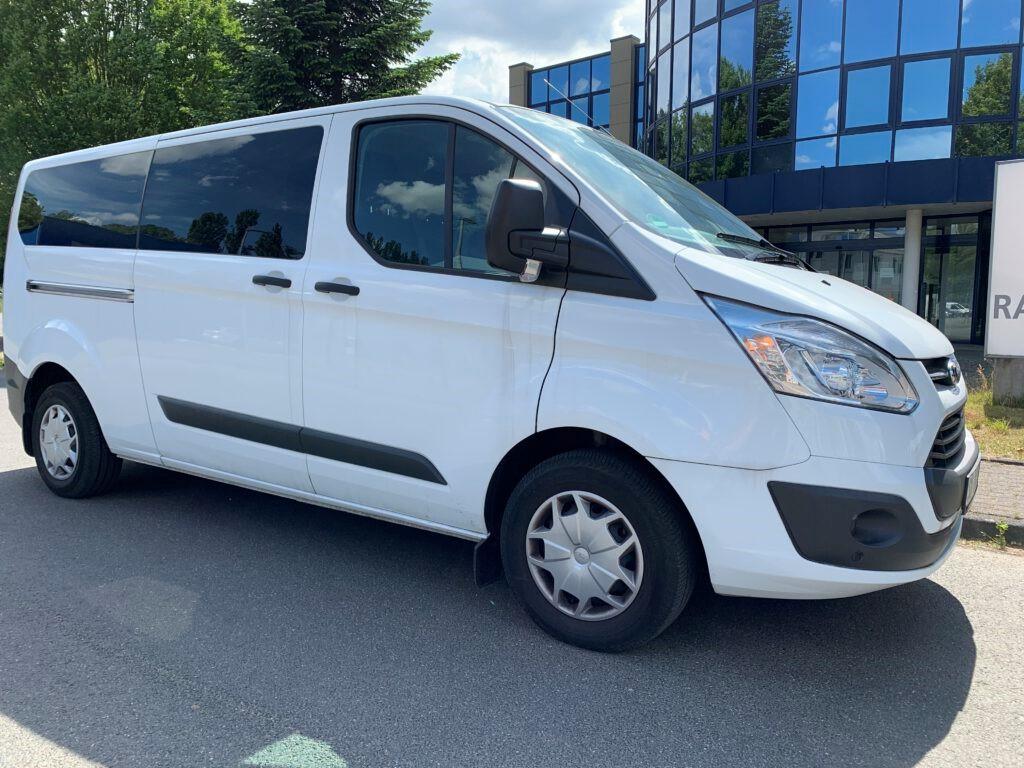 Busvermietung weißer Kleinbus für 9 Personen für Bus Charter