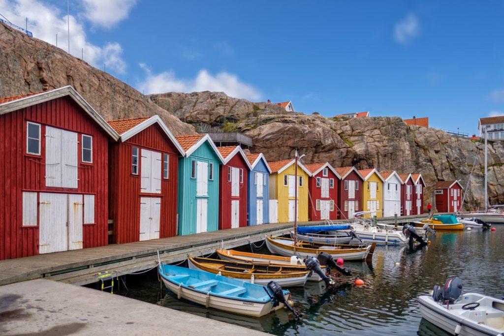 Skandinavien Norwegen bunte Fischerhütten mit Booten davor
