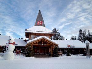 Weihnachtsmanndorf in Finnland Schnee