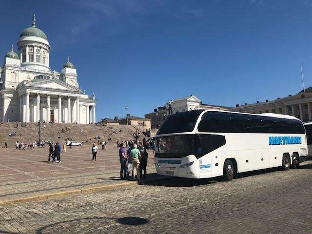 Busreise Skandinavien Nordeuropa weißer Reisebus mit getönten Scheiben Dom Helsinki weißer Stein Treppenstufen im HIntergrund