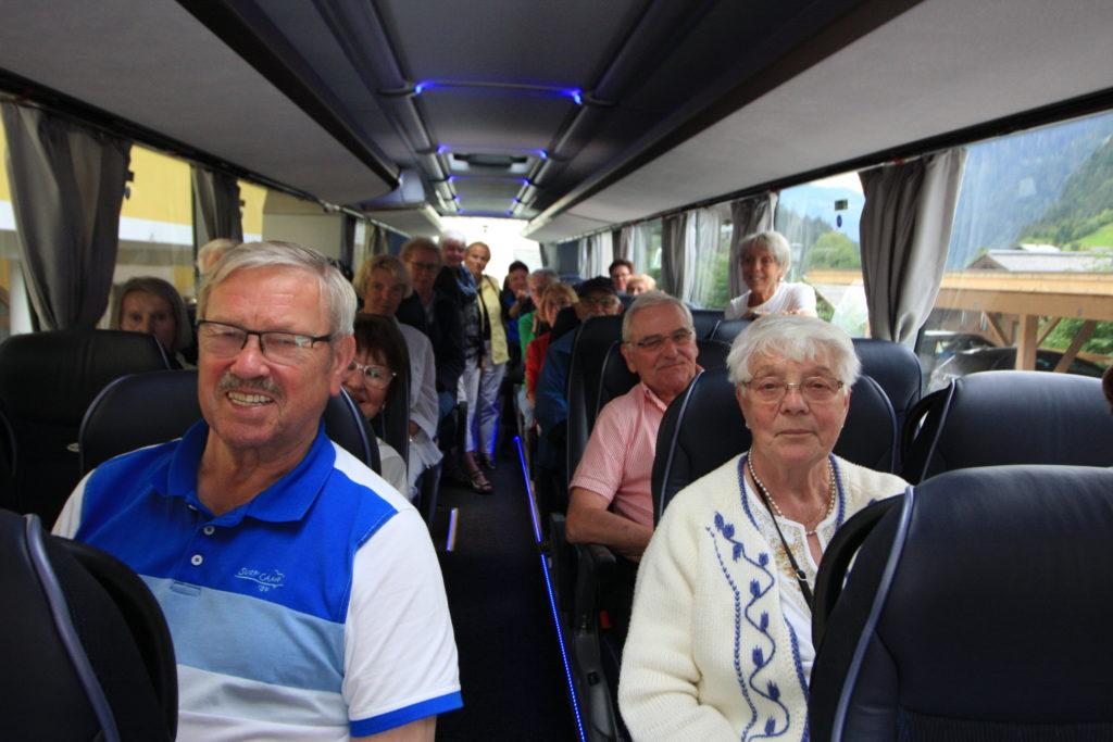 lächelnde Reisende im Reisebus