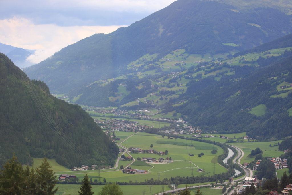 Österreich Blick aus dem Reisebus ins grüne Tal_Berge im Hintergrund