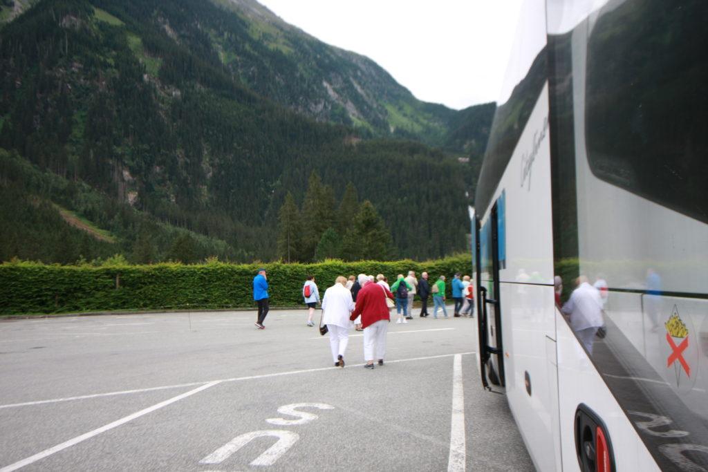 stehender Bus auf Parkplatz _Reisende gehen spazieren