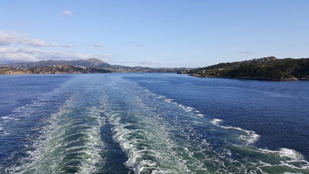 Busreise auf dem Schiff Blick auf Wasser das sprudelnde Kielwasser