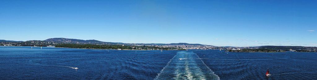 Blick vom Schiff aufs Wasser und Norwegens Küste