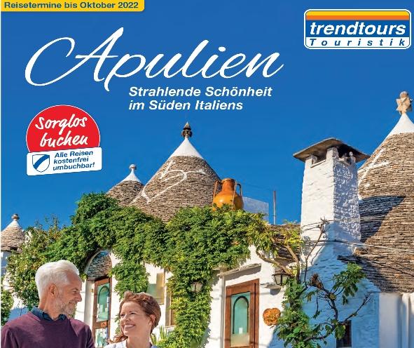 Ehepaar vor der Kulisse eines typischen Straßenzugs in Apulien, Trendtours Reise
