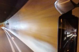 Blick in den Außenspiegel eines Reisebusses im Tunnel Leuchteffekte