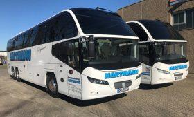 Firmenreisen weiße Reisebusse mit getönten Scheiben
