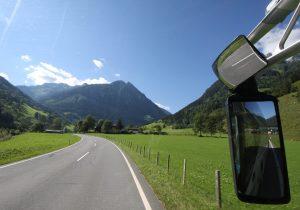 Busreise Blick aus dem Reisebus auf die Berge