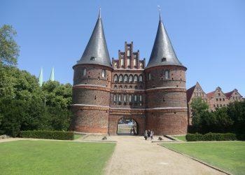 Blick auf das Holstentor in Lübeck