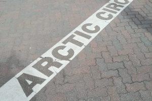 Skandinavien Nordeuropa Finnland Arctic Circle Aufschrift auf weißem Streifen auf dem Boden für den Polarkreis
