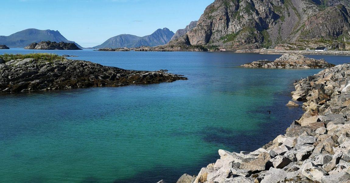 Europäisches Nordmeer an den Lofoten in Norwegen, türkisfarbenes Wasser mit Gesteinsformationen