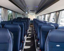 Busreise Innenraum eines Reisebusses mit blauen Sitzpolstern