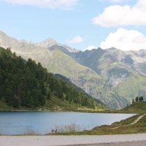 See Berge Österreich rechts im Bild ein Teil des weißen Reisebusses