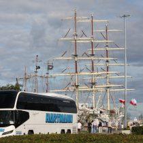 Busreise Danzig weißer Reisebus vorm Segelschiff