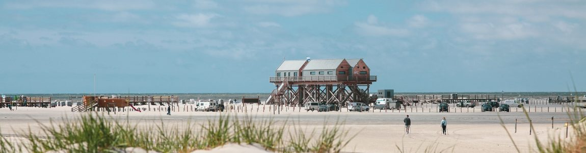 Busreise Holzhäuser auf Pfählen am Nordsee Strand