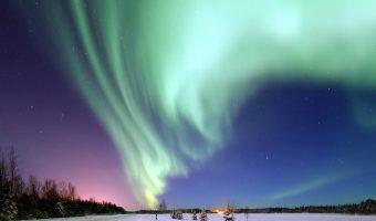 Skandinavien Nordeuropa Winterlandschaft am Himmel ein Schweif aus grünem Polarlicht Nordlicht