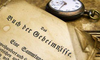 Altes Buch mit altdeutscher Schrift und eine Alte Taschenuhr