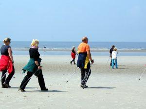 Menschen am Nordseestrand