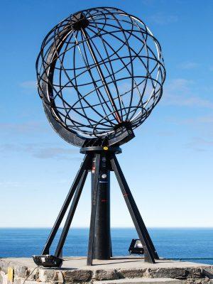 Skandinavien Nordeuropa Norwegen Nordkaphalbkugel auf Stein Nordmeer strahlend blauer Himmel