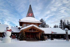 Skandinavien Nordeuropa Weihnachtsmanndorf rote Holzhäuser in Finnland Schnee
