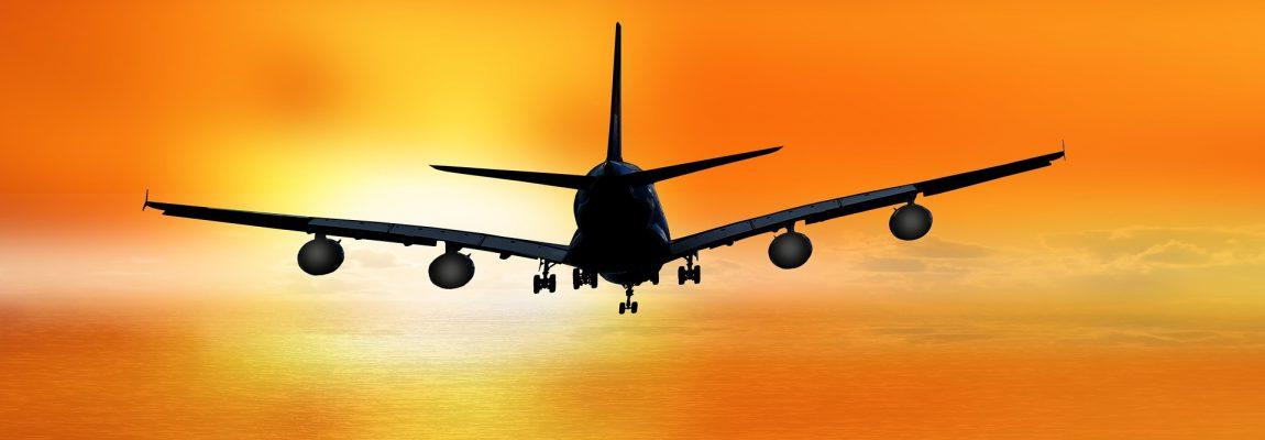 Flugzeug rötlicher Himmel